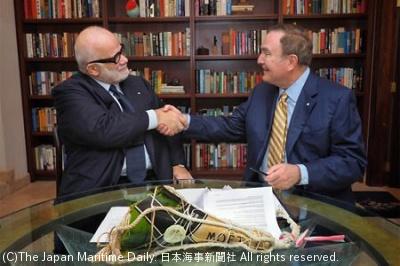 握手するフェインRCL会長兼CEO(右)とシルバーシーのオーナー、ルファーブル上級会長