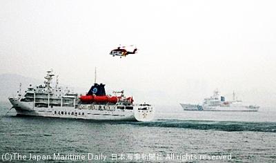 旅客船がシージャックされたとの想定で訓練が行われた(手前が想定船、奥が海保巡視船)