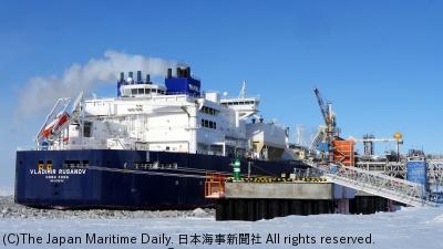 商船三井が運航する砕氷LNG船「ウラジミール・ルサノフ」(写真は今年3月末のサベッタ港での初荷役風景)