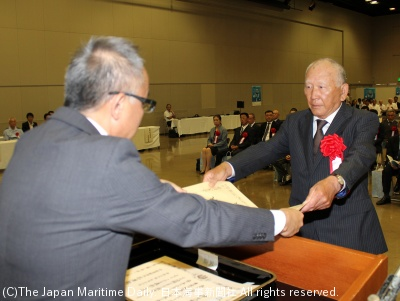 古橋支局長(左)から賞状を受け取る竹田氏