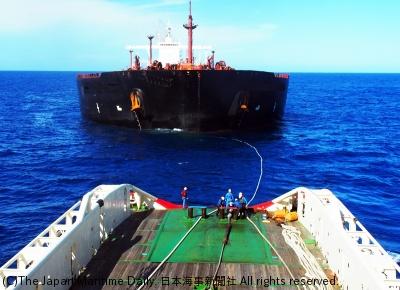VLCCを曳航中の「あかつき」(手前)