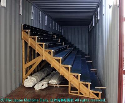 「大階段」はコンテナに収納されて海上輸送
