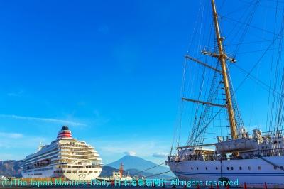 「海のある風景」飛鳥IIと帆船と富士山と