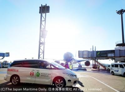 制限区域内を走行するZMPの自動運転車両(17日、成田国際空港)