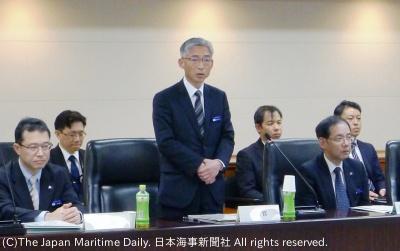 再発防止の重要性を語る海保庁の岩並長官(中央)