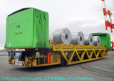 鉄鋼製品を積載した特殊大型輸送用車両
