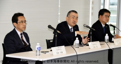 長尾社長(中央)と小菅社長(右)、栗栖社長(左)が会見し、経営方針などを説明した