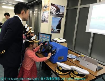 シミュレーターで操船体験する子ども