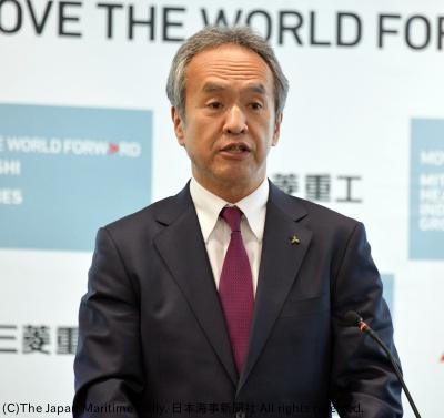 事業計画の推進状況を説明する泉澤社長