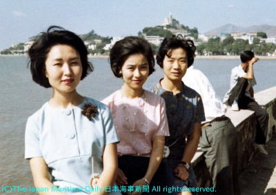初めての海外旅行は香港(3人並んだ右端が筆者、66年11月)