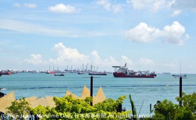 シンガポール沖に停泊する船群