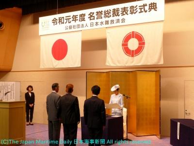 受賞者には高円宮妃久子さまから直接、表彰状などが手渡された