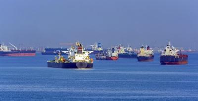 シンガポール沖でバンカリングを待つ船群