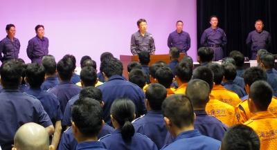 全国から集まった保安官約400人を前に訓示する後藤本部長(右から4人目)
