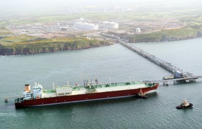 英国のLNGターミナルで揚げ荷役するカタール国営海運ナキラットのQマックス型LNG船