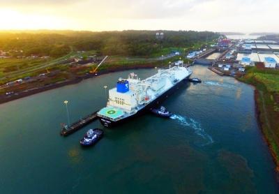米国産LNGを積んでパナマ運河を航行するLNGG船(パナマ運河庁提供)