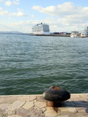 「海のある風景」遠くに見えるクルーズ船