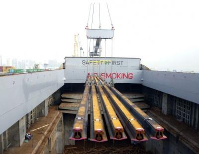 商船三井近海が独自開発した吊り具により荷役される鉄道用レール