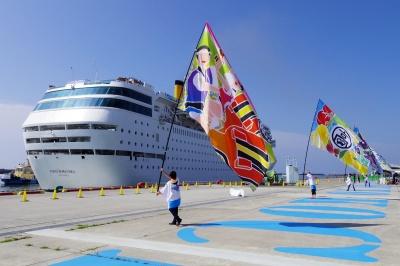 大きな旗をなびかせ入港を歓迎