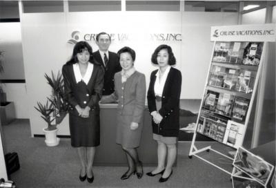 クルーズ・バケーションの創業メンバー(右から2人目が筆者、新宿御苑前の事務所にて)