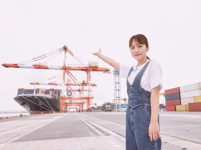海の日動画「海の日プロジェクト2020」で港湾施設を紹介する女優の川栄さん