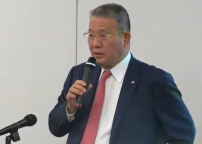 会見する鎌田社長。会見はオンラインでライブ配信された