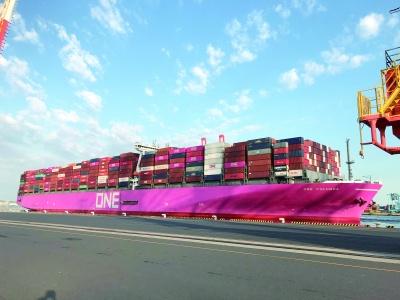 横浜港南本牧コンテナターミナルに入港したONEのコンテナ船「ONE COLUMBA」