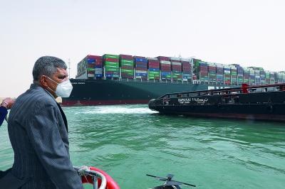 「Ever Given」の離礁作業を視察するスエズ運河庁のオサマ・ラビア長官(出所・スエズ運河庁)