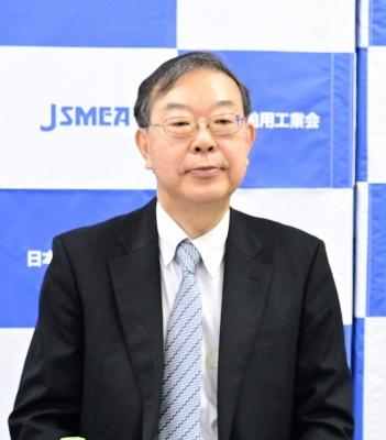 会見する安藤専務理事