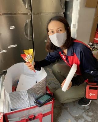 板状の保冷剤「Fujiyama 18 Pro」を手にするスタッフ