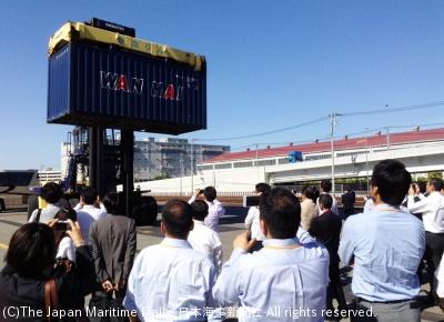 横浜本牧駅での荷役風景を見学する参加者