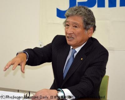 会見する山田新会長