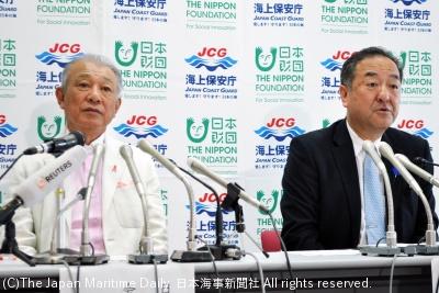会見する中島長官(右)と笹川会長