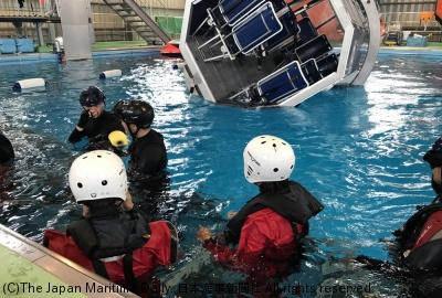日本サバイバルトレー二ングセンターでの「ヘリコプター不時着時を想定した水中での脱出訓練」