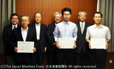 賞状を手にする受賞者(前列右から神田さん、町田さん、濱口さん)