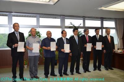 6港の港湾管理者である県知事、市長らに石井国交相(右から4人目)から指定書が交付された