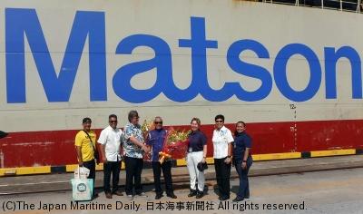 モアナレイの前で記念撮影(左2人目からアンゴコ副社長、グレン船長、新垣社長、ホサカ社長)