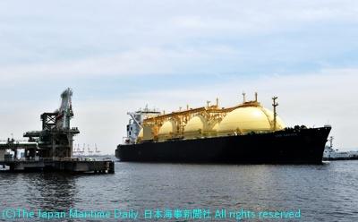 東京ガス根岸LNG基地に到着した「LNGサクラ」(関西電力・日本郵船共有)